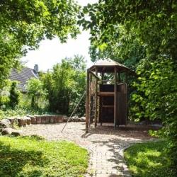 image de Spielplatz auf dem Kirchhof